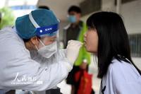 5月7日,南昌大学第一附属医院护士正在为企业员工进行核酸咽拭子采集。