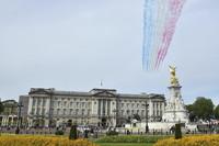 """5月8日,在英国伦敦,英国皇家空军""""红箭""""飞行表演队进行表演。新华社/美联"""