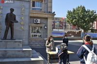 位于西城区天桥街道虎坊路的徐悲鸿中学初三学生开学。牛云岗/IC photo