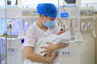5月11日,贵州省余庆县人民医院新生儿科护士长冉晴在护理新生儿。 新华社发(穆明飞 摄)