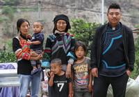 5月12日,四川省昭觉县阿土列尔村第一批26户贫困户开始搬新家,莫色石波一家6口在山下公路边合影留念。