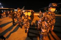 5月12日,在缅甸仰光国际机场,中国军队援缅抗疫医疗专家组准备乘机回国。