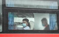5月14日,即将赴鲁就业的湖北务工人员乘坐大巴车从黄冈出发。