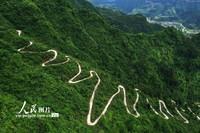 5月14日,重庆市黔江区小南海镇大路社区的小朝门山产业扶贫公路像长龙一样蜿蜒在悬崖上。