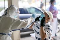 5月17日,劳动街惠中社区武汉晚报宿舍居民小区, 武汉市第六医院的医护人员,为小区居民进行咽拭子核酸检测取样。