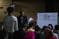 村民们利用夜间空闲时间,在院子里集体学习普通话(3月28日摄)。