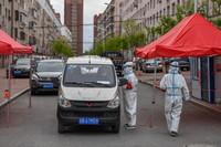 5月18日,在舒兰市通机小区,工作人员为出入居民测温登记。新华社记者 张楠 摄