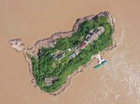 5月20日,补给船在浙江宁波七里屿码头靠岸(无人机照片)。补给船每周送一次生活物资。