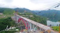 5月22日,俯瞰文泰高速公路南浦溪特大桥桥面板吊装现场。
