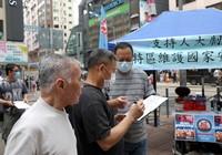 5月23日,香港市民在街头签名,支持国家安全立法。新华社记者 吴晓初 摄