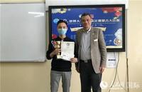5月28日,陈霜(右)参赞为大学生组一等奖选手古义格颁奖。