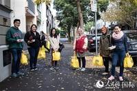悉尼当地救援组织为留学生派发食物包(图片由悉尼市政府提供)