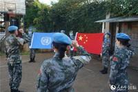 官兵们面向国旗和联合国旗宣誓(郭晓宁 摄)