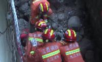 【视频】江西武宁山体滑坡?消防员徒手刨泥救人