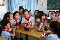 南丰县人民医院五官科的医生给学生们讲解眼球构造。邓鹏 摄