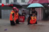 江西玉山:多车被泡水中 消防员半小时救出16人