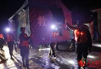 6月28日,武警凉山支队官兵在四川省凉山州冕宁县安置点搭建救灾帐篷。