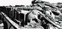 资料图:29军战士守卫在卢沟桥下。