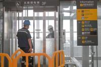7月20日,工作人员在长春龙嘉国际机场候机楼内安装电梯感应装置按钮。