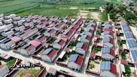 2020年7月21日拍摄位于河北省张家口市塔儿村易地扶贫搬迁安置区的屋顶分布式光伏电站。