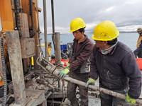 7月21日,工程技术人员利用套管稳定系统钻取湖芯。新华社记者 田金文 摄