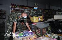 2020年7月25日,武警六安支队官兵正在帮助受灾群众转运物资。