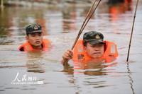 2020年7月27日,武警江西总队鹰潭支队官兵在永修县九合联圩处置泡泉险情。