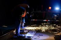 中铁一局的施工人员在阿尔金山隧道内打磨钢轨(7月20日摄)。新华社记者 丁磊 摄