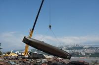 7月31日,吊车将渔船吊上岸进行拆解。