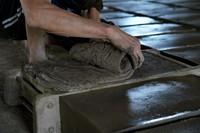 7月30日,河北省任丘市出岸镇古建砖厂工人在制作砖坯。