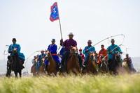 8月2日,群众马队方阵在开幕式上进行表演。
