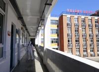 8月3日,消防员在武汉市第三寄宿中学教学楼走廊进行消杀作业。新华社发(王方 摄)