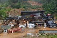 8月3日,位于京畿道加平郡的一民宿设施因山体滑波被淹。 韩联社/京畿道北部消防灾难本部供图