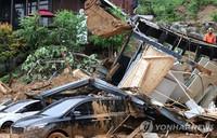 8月3日,京畿道加平一带发生泥石流,救援人员正在进行抢险工作。