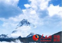 卓木拉日雪山远眺。记者陈曦 摄