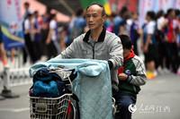 15日早晨,南昌街头骑车的市民已经穿外套出行。(人民网 时雨/摄)