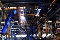 在百路佳的生产车间内,工人们正在焊接客车车架。(人民网 时雨/摄)