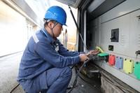 海南电网海口供电局工作人员将电缆接入应急发电车。(杨永光 摄)