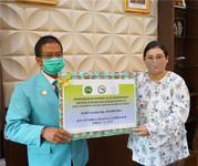 印尼三一一大学孔子学院外方院长潘范妮(图右)向三一一大学校长贾马尔(图左)转交中方捐赠抗疫物资(图片由印尼三一一大学孔子学院提供)