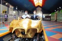 富士急行公司社长和富士急游乐园社长全程无尖叫体验过山车(图片来源:朝日新闻网站)