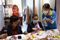 巴基斯坦使馆国际学校学生体验制作丝带绣。人民网记者 敬宜摄