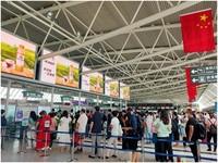 2020年国庆节前,三亚凤凰机场航站楼内旅客排队过安检。
