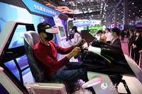 市民戴着VR设备进行驾驶体验。(人民网 时雨/摄)