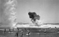 1951年1月,志愿军战士冒着炮火渡过汉江,追击敌人。