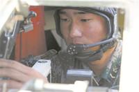 新疆军区某合成团上士炮长马帅在进行实弹射击训练。 梁 晨、兰传军摄