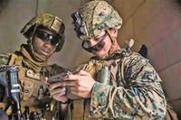 美海军陆战队士兵操作通信设备