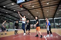 在雷公坳文化体育产业园的篮球馆内,市民正在篮板下拼抢。(人民网 时雨摄)