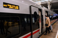 """12月24日,在成都火车东站,乘客登上成渝高铁成都东至沙坪坝G8609次列车""""静音车厢""""所在的3号车厢。"""