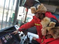 12月24日,大庆油田1205钻井队工人操作钻井设备。