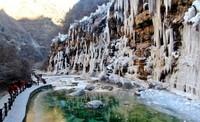 12月24日,游客在云台山风景区游玩(无人机照片)。